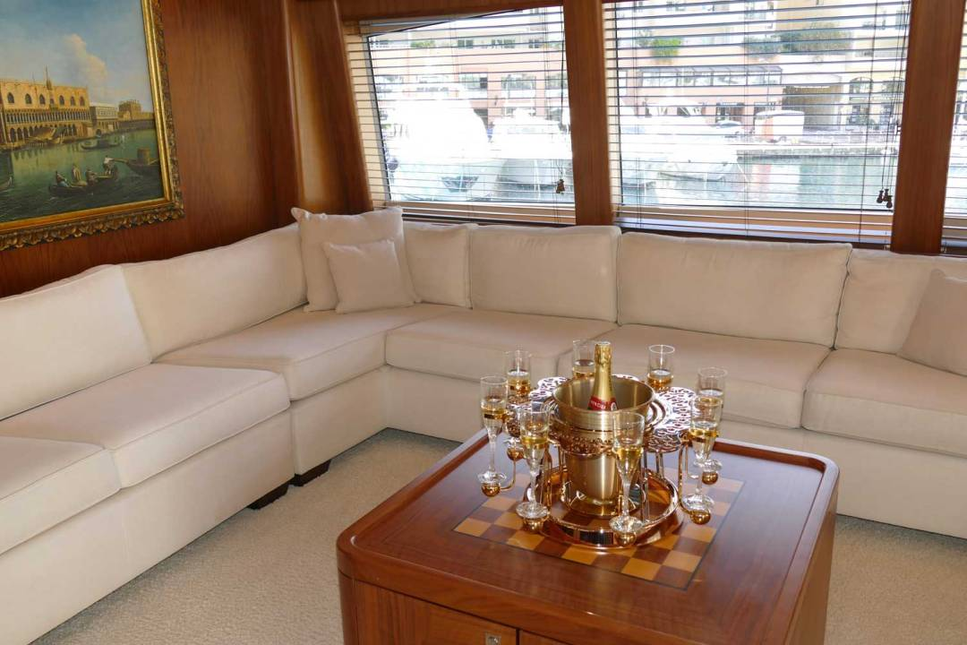 écrin à champagne de luxe or dentelle sur yacht