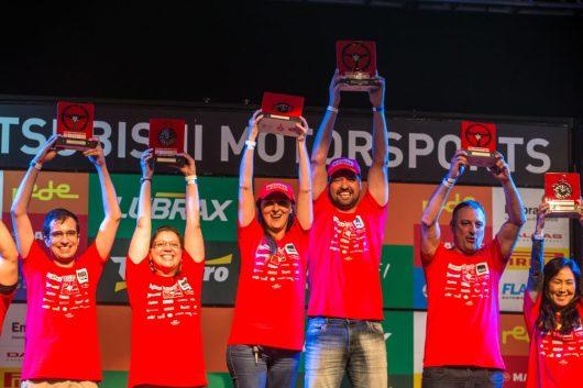 Vencedores comemoram no pódio Crédito: Tom Papp / Mitsubishi
