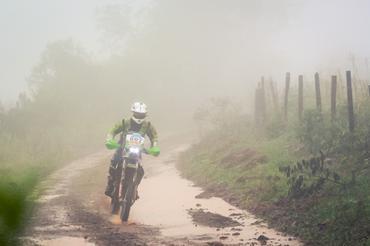 Legenda: A chuva foi o maior desafio dos competidores neste primeiro dia de disputas Créditos: Luciano Santos/DFotos