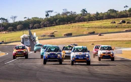 Os carros de cada categoria largaram juntos, em busca do menor tempo Crédito: Marcio Machado/Mitsubishi
