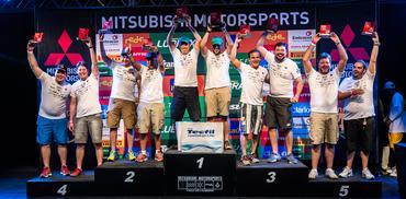 No final da etapa, os melhores de cada categoria sobem ao pódio Crédito: Tom Papp / Mitsubishi