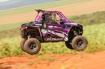 Helena Deyama a bordo do UTV Polaris RZR 900 (Doni Castilho/DFotos)