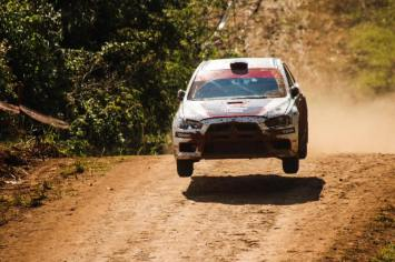 Piloto corre a bordo do Lancer Evolution X. Foto: Divulgação / Mitsubishi