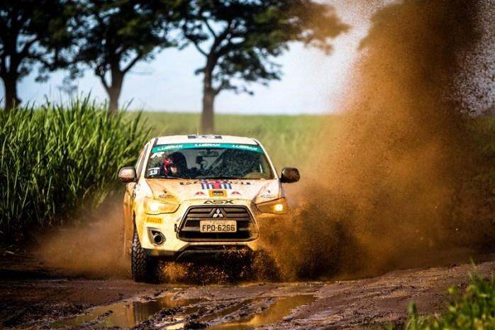 Muita lama, terra e velocidade esperam os competidores. Foto: Adriano Carrapato / Mitsubishi