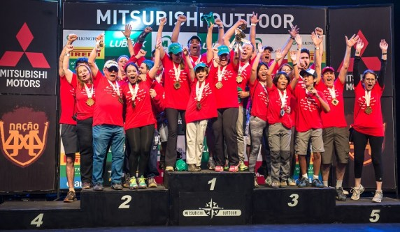 No fim de cada etapa, as melhores equipes sobem ao pódio e são premiadas. Foto: Tom Papp/Mitsubishi
