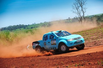No sábado, a dupla venceu na Pró Brasil, a bordo da Mitsubishi L200 Triton SR (Doni Castilho/DFotos)