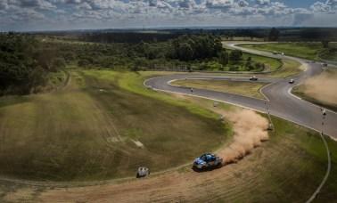 Pista do rallycross mescla on e off-road numa prova emocionante. Foto: Vinicius Martins/Mitsubishi