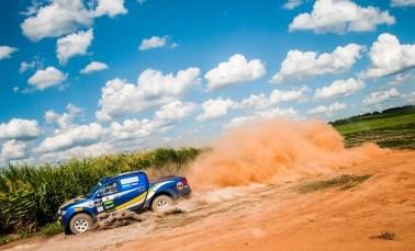 Poeira em meio à cana-de-açúcar marcou a etapa de rali cross-country. Foto: Marcio Machado/Mitsubishi