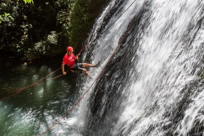 Rapel na Cachoeira Sétima Queda. Foto: Tom Papp / Mitsubishi