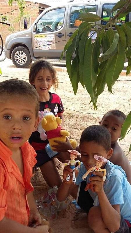 Crianças do Tocantins recebendo brinquedos. (Sanderson Pereira/Photography)