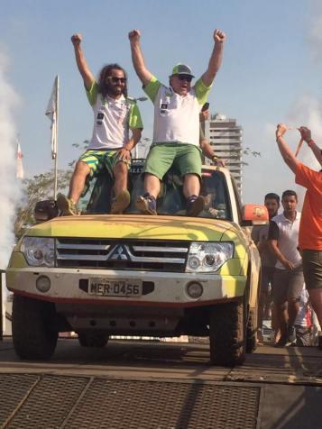 Otávio Enz e Allan Enz em festa na chegada da edição 2016 do Rally dos Sertões (Divulgação)
