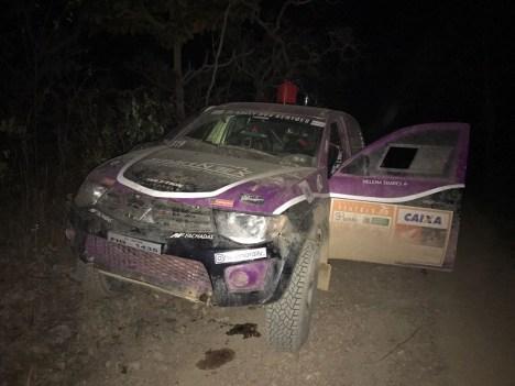 Carro #319 parado na especial esperando o resgate da equipe (Divulgação)