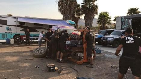 Equipe FD Rally Team trabalhou a noite toda e deixou o carro pronto (Divulgação)