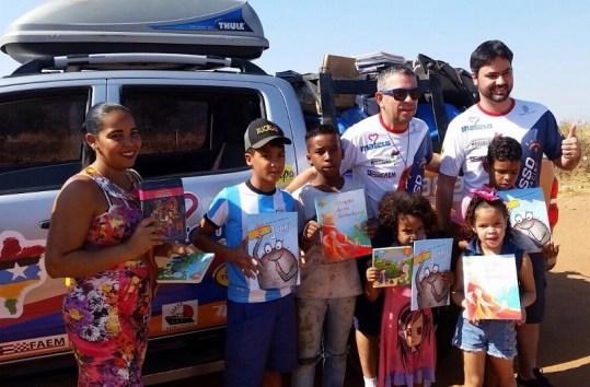 Ação Social da equipe: distribuição de 1000 livros durante o rali (Raillen Martins/Agência Pipa)