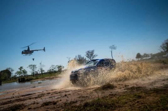 Thiago Rizzo e Léo Magalhães a bordo do Mitsubishi L200 Triton Sport SR (Marcelo Maragni/Fotop)