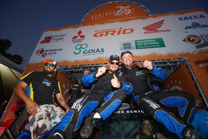 Thiago Rizzo e Léo Magalhães no pórtico de chegada do 25o Rally dos Sertões (Magnus Torquato/Fotop)