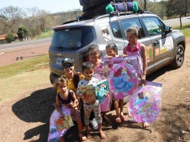 Tânia Mara e as crianças com produtos Piffer (Divulgação)