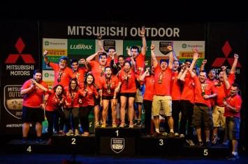 As equipes campeãs sobem ao pódio. Foto: David Santos Jr / Mitsubishi
