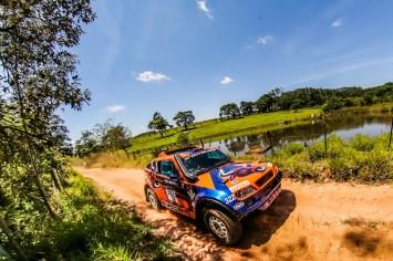 Neste sábado, dupla acelerando no Rally dos Amigos, em Avaré (Sanderson Pereira/PhotoEsporte)