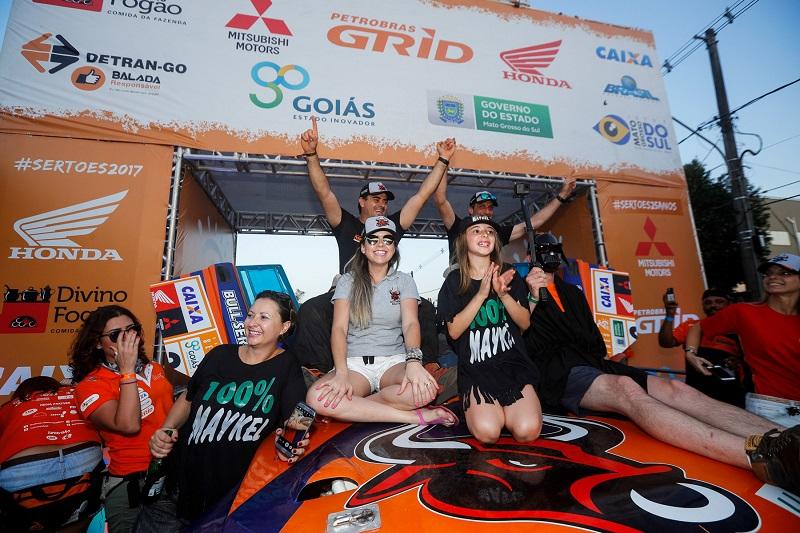 Na chegada do Rally dos Sertões, Terpins/Justo comemoram o título (Magnus Torquato/Fotop)