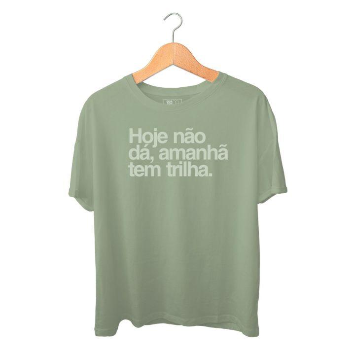 Produto_Camiseta_Q08_AmanhaTemTrilha_VerdeEstonada