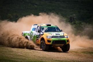 Rallycross empolga os competidores mesclando terra e asfalto. Foto: Marcelo Machado / Mitsubishi