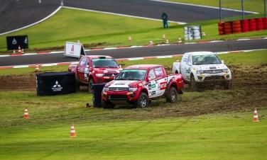 Prova de rallycross mesclou terra e o asfalto autódromo Velo Città. Foto: Marcio Machado / Mitsubishi