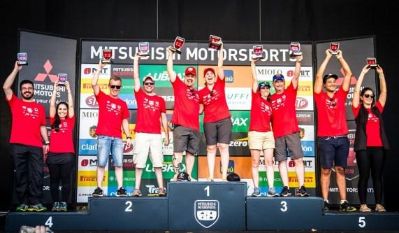 Melhores duplas sobem ao pódio e recebem troféus. Foto: Adriano Carrapato/Mitsubishi