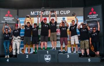 No fim de cada etapa, as melhores duplas celebram no pódio. Foto: Marcio Machado/Mitsubishi