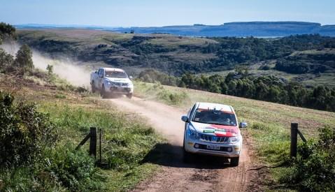 Cada equipe é formada por dois carros. Foto: Tom Papp / Mitsubishi