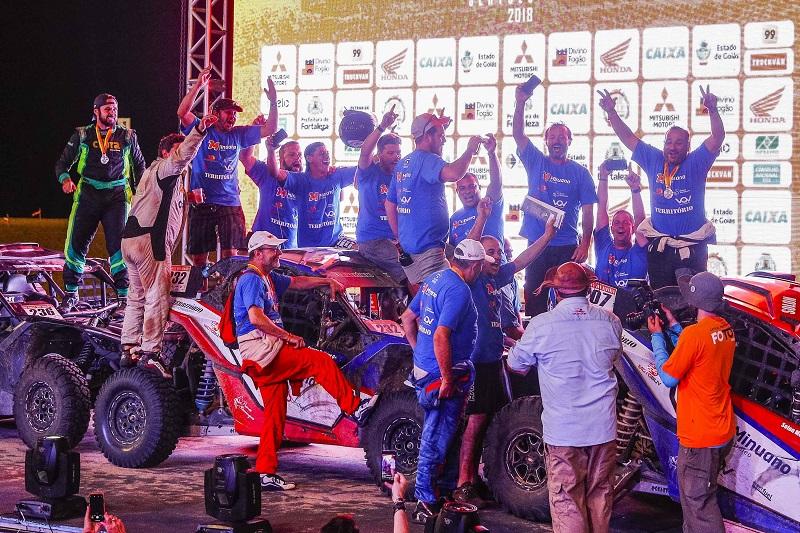 Festa da equipe na chegada à Fortaleza, no sábado (Marcelo Machado/Fotop)