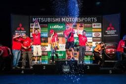 Os melhores comemoram no pódio. Foto: Tom Papp / Mitsubishi
