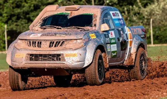 Duplas também enfrentaram cascalho e terra batida (Foto: Ricardo Leizer / Mitsubishi)