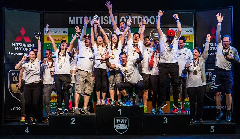 Equipes fazem a festa no pódio (Foto: Tom Papp/Mitsubishi)