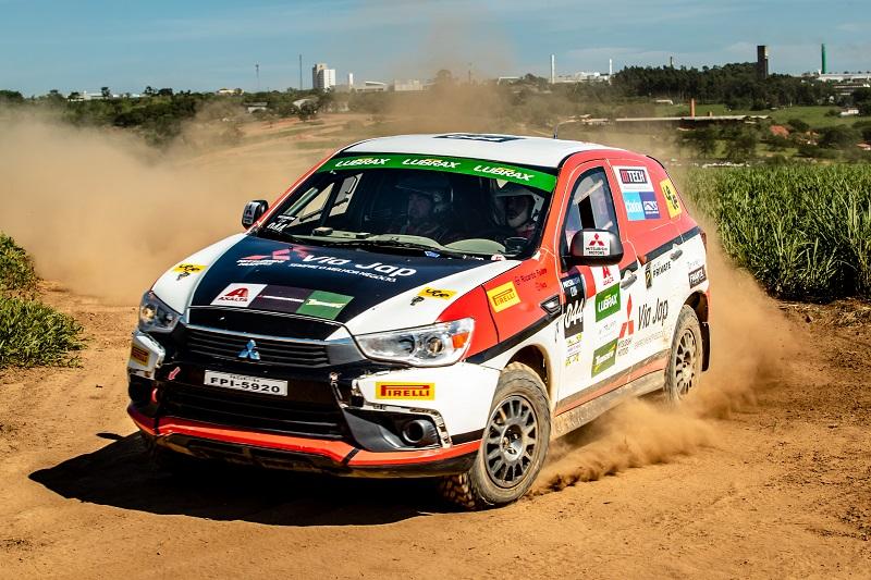 Carros são preparados para a competição (Foto: Ricardo Leizer/Mitsubishi)