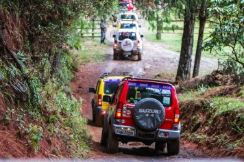 Participantes desbravam belas trilhas off-road (Foto: Cadu Rolim/Suzuki)