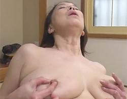 青井マリ》色々ブヨブヨで化物級の垂れ乳爆乳な五十路熟女が乳首つねりオナニーでこの顔w