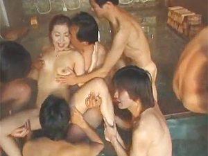 ん?いつもの混浴集団レイプ企画のはずがターゲットが閉経熟女なもんで逆に喜んじゃった件www