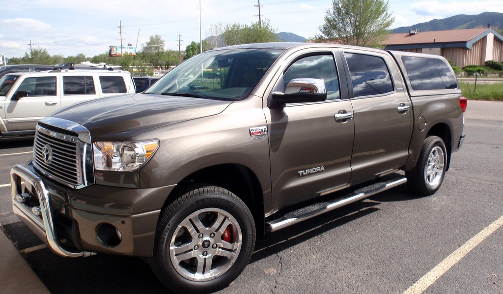 two dogs review the 2010 toyota tundra vs this years dodge ram tylerguerramub 39 s blog. Black Bedroom Furniture Sets. Home Design Ideas