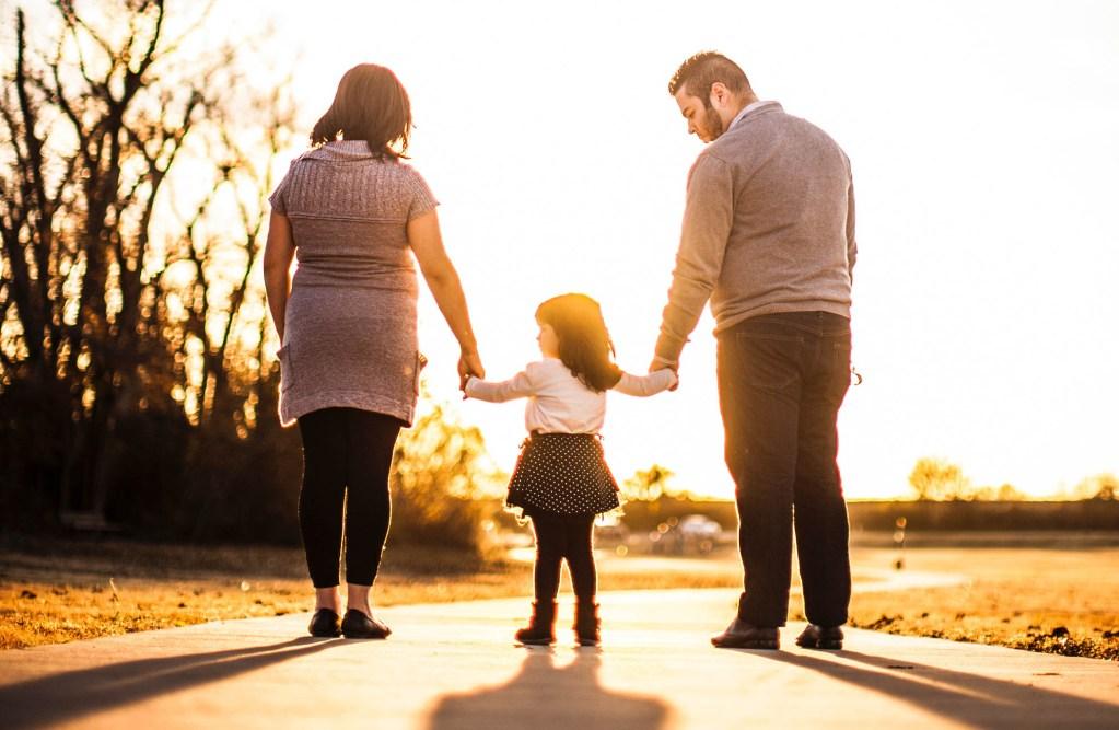 Photo d'une famille pour illustrer le paragraphe parents dans l'école de la page de l'école de la Source du site internet de la mairie tupinetsemons.fr