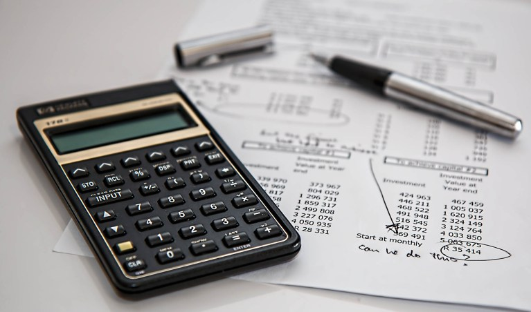 Photo représentant une feuille de calculs avec une calculatrice pour illustrer la page Budget du site de la mairie de Tupin et Semons tupinetsemons.fr