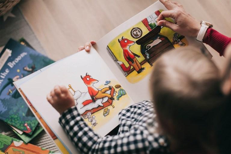 Photo d'un enfant sur un temps de lecture pour illustrer la page petite enfance du site internet de la mairie de Tupin et Semons tupinetsemons.fr