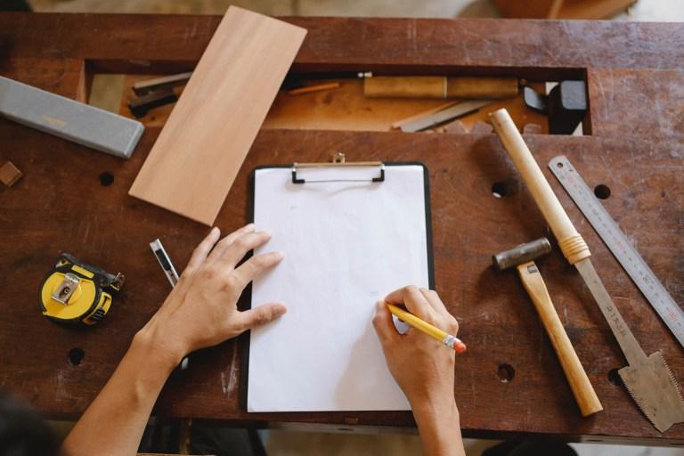 Photo représentant une personne travaillant sur un projet de construction pour illustrer la page Projets du site de la mairie de Tupin et Semons tupinetsemons.fr