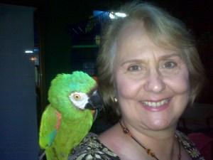 La Dra. Mármol con la guacamaya que llegó de sorpresa y se quedó