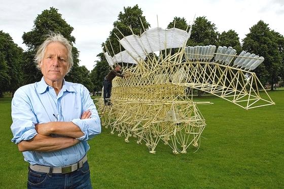 Theo Jansen con su obra escultórica cinética