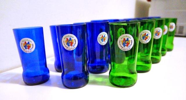 Vasos realizados a partir de botellas