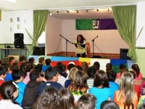 Un escenario, un parque, un salón de clases siempre están abierto a la alegría del canto y los cuentos de Fanny
