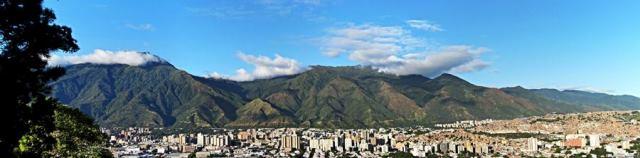 Panorámica de Caracas al pié de El Avila. Foto Marcos Valero