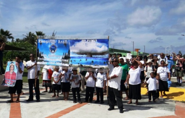 Exiliados nucleares del Atolón Bikini protestan su situación. Foto: globedia.com