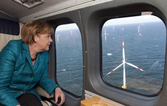Angela Merkel sobrevuela un parque de eólica offshore de Alemania. FOTO:Guido Bergmann/ Gobierno alemán /Getty Images.